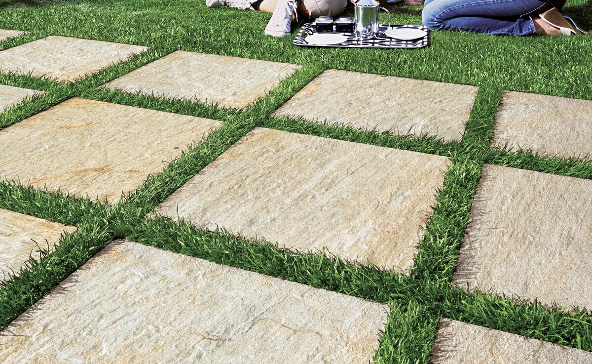 japonska-sciezka na trawie